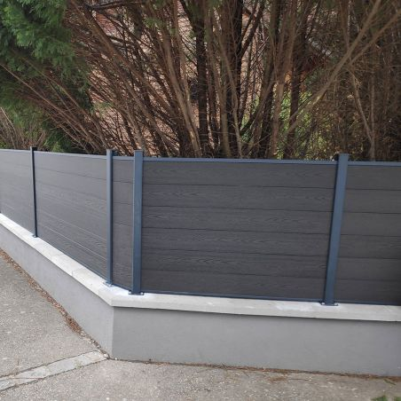 Clôture bois composite posé sur muret. Couleur gris anthracite aspect bois.